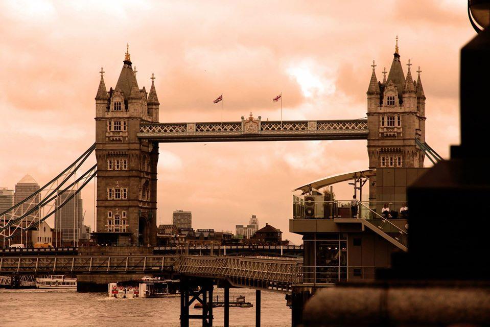 Londra tramonto lungo fiume tower bridge