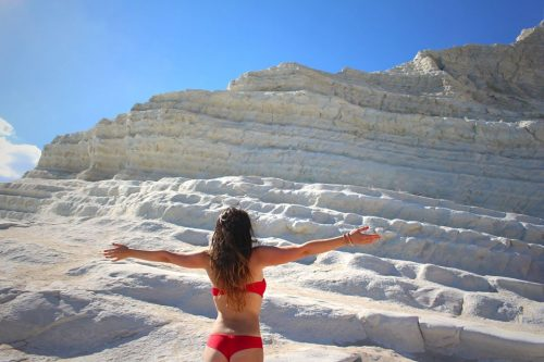 posti imperdibili della sicilia scala dei turchi ragazza instagram scogliera bianca