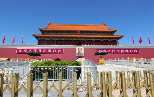 tiananmen, piazza più grande del mondo, repubblica popolare cinese, mao zedong, manifesto comunista, comunismo, dittatura, socialismo, viaggio in cina, pechino, cosa vedere a pechino, città proibita, piazza pechino, beijing, bandiera cinese, bandiere cinesi, cina fai da te, itinerario pechino