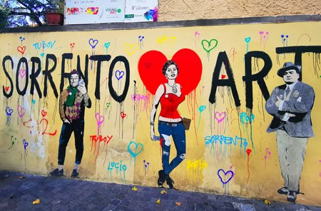 sorrento, sorrento centro storico, sorrento muro lucio dalla, lucio dalla, cosa vedere a sorrento, costiera amalfitana on the road, viaggio in costiera amalfitana, vacanza in costiera amalfitana, esperienza in costiera amalfitana, cosa vedere in costiera amalfitana, emozioni costiera amalfitana, amalfi coast, street art sorrento, murales italia, murales sorrento